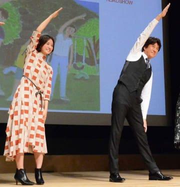 きれいな姿勢! ラジオ体操中の木村文乃と草刈正雄