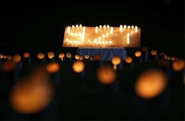 御嶽山の噴火災害から4年となり、慰霊式で浮かび上がった「9.27」の文字=27日午後、長野県木曽町