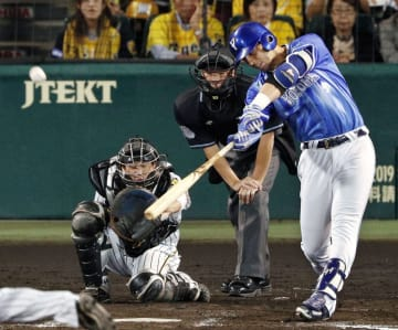 8回DeNA無死、ソトが右越えにこの試合2本目の本塁打を放つ=甲子園