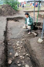 基壇が見つかった位置を示す京都府立大の菱田哲郎教授=27日午前、神河町福本