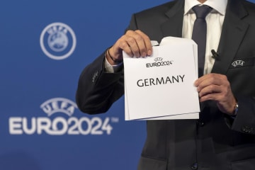 UEFA理事会のセレモニーで発表された、2024年欧州選手権開催地「ドイツ」=27日、ニヨン(AP=共同)