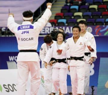 柔道の世界選手権の男女混合団体決勝で、フランス選手に一本勝ちで2連覇を決めた向翔一郎(左端)を迎える(右から)原沢久喜、立川新、芳田司、大野陽子=27日、バクー(共同)