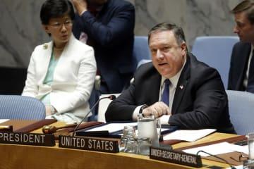27日、ニューヨークの国連本部で開かれた国連安全保障理事会の閣僚級会合で発言するポンペオ米国務長官(右)(AP=共同)