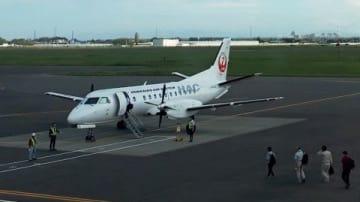 胆振東部地震から間もない6日午前7時50分ごろ、丘珠空港から函館に向かう準備をする北海道エアシステム(HAC)の第1便(札幌丘珠空港ビル提供)