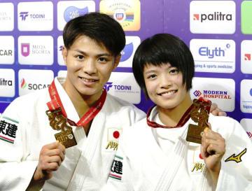 柔道の世界選手権で金メダルを獲得した男子66キロ級の阿部一二三(左)と女子52キロ級の妹、阿部詩=21日、バクー
