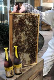 ヤンマー本社内の養蜂場でつくられた蜂蜜を使った沢の鶴の「大阪はちみつ梅酒」=大阪市北区茶屋町1