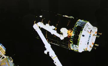 モニターに映ったISSのロボットアームでキャッチされた「こうのとり」の映像=つくば市千現の筑波宇宙センター