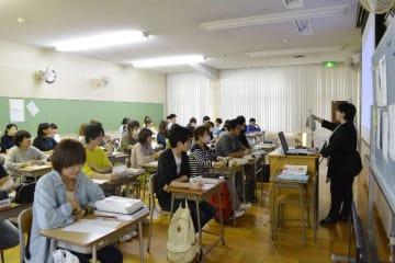 地域医療を担う看護師を目指し、勉強に励む八戸市立高等看護学院の学生=25日、同市