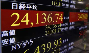 取引時間中としてバブル経済崩壊後の最高値を更新した日経平均株価を示すモニター=28日午前、東京・東新橋