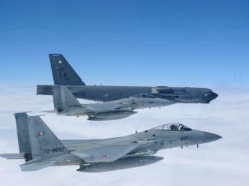 日本海上空で米空軍のB52戦略爆撃機と共同訓練する航空自衛隊のF15戦闘機(手前の2機)=27日(航空自衛隊提供)