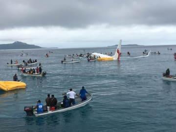 ミクロネシア連邦・チューク空港の滑走路をオーバーランして海に突っ込んだ旅客機の周辺に集まる救助のボート=28日(ビル・デービスさん提供、共同)