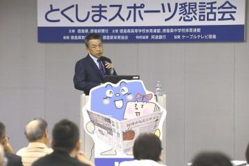 スポーツによる歯のけがや予防について語る安達さん=徳島市の新聞放送会館