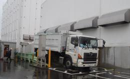 トラックに積まれた除染廃棄物が、福島県浪江町の仮設焼却施設に運び込まれた