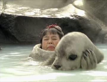 樹木希林さんが「タマちゃん」に扮したCMの一場面(富士フイルム提供)