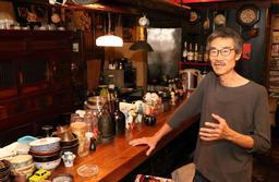 37年の営業に幕を閉じる「がらくた茶房どるめん」の金成日さん=尼崎市東園田町5