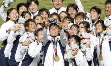 ジャカルタ・アジア大会で金メダルを獲得した「なでしこジャパン」=8月31日(共同)