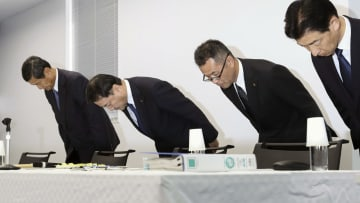 新幹線のぞみの台車に亀裂が見つかった問題を巡り記者会見し、謝罪する川崎重工業の金花芳則社長(左から2人目)ら=28日午後、神戸市