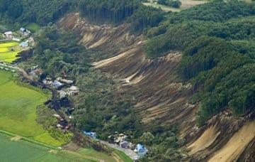 山林の斜面が崩れ、土が露出した北海道厚真町=7日