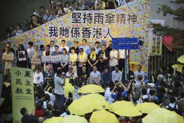 「雨傘運動」発生から4年の集会に参加した民主派の市民ら=28日、香港(共同)
