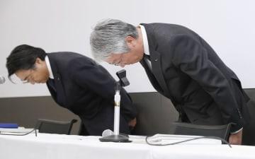 記者会見の冒頭、一連の検査不正問題について謝罪するスバルの中村知美社長(右)ら=28日午後、東京都渋谷区の本社
