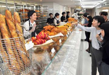 フランスで人気のパンが並んだリベルテ・パティスリー・ブーランジェリーの内覧会(京都市中京区)