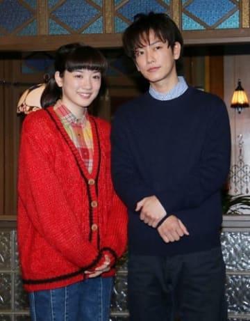 NHKの連続テレビ小説「半分、青い。」で萩尾律を演じている佐藤健さん(右)と楡野鈴愛役の永野芽郁さん