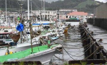 台風接近に備え係留された青島漁港の漁船=28日午後、宮崎市青島3丁目