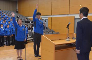 選手団を代表し、選手宣誓する秋山雄太さんと石川綾乃さん(右から)=県庁