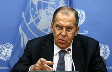 28日、米ニューヨークで記者会見するロシアのラブロフ外相(タス=共同)