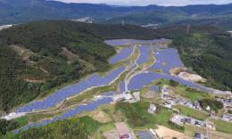 石巻市に建設されたメガソーラー。発電全量を東北電力に売電している(juwi自然電力提供)
