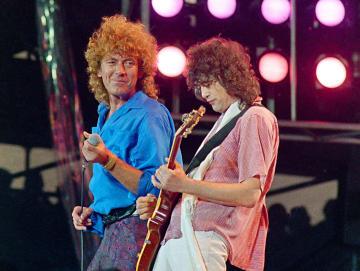 レッド・ツェッペリンのジミー・ペイジさん(右)とロバート・プラントさん=1985年、米フィラデルフィア(AP=共同)