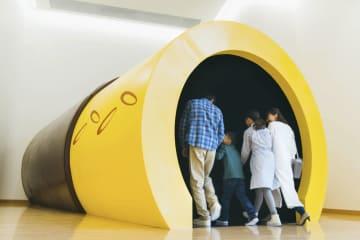 「グリコピア神戸」のポッキーをイメージしたトンネル(江崎グリコ提供)