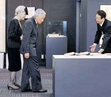 坂井市の福井県教育総合研究所教育博物館を訪問された天皇、皇后両陛下=9月28日午後