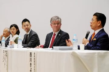 パネル討論で、前立腺がんにかかった経験を紹介する西川きよしさん(右)とパネリストら=28日、大阪市北区の中之島会館