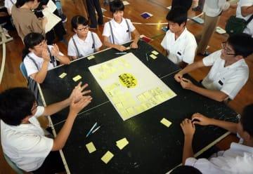 対話型授業で意見交換をする生徒たち=長崎市立山里中