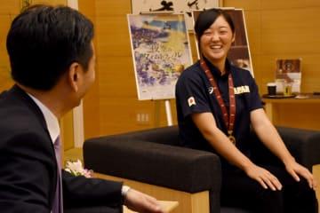 日本の6連覇を報告 女子野球代表緒方選手が知事表敬