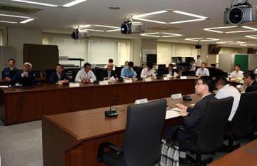 災害情報連絡員会議で台風24号の情報を共有する県庁各部局の代表者ら=28日午前、県庁