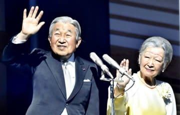 新年一般参賀に訪れた人たちに手を振られる天皇、皇后両陛下=2018年1月2日、宮殿・長和殿