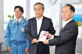 見舞金を手渡す東海建設の中田代表取締役(中央)と松井主任(左)