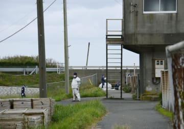 頭部と手足がない遺体が発見された河口付近=29日午後、千葉県大網白里市