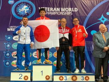 2年ぶりの優勝の伊東克佳さん(左から2人目)と銅メダルの本名栄仁さん(右端)=チーム提供