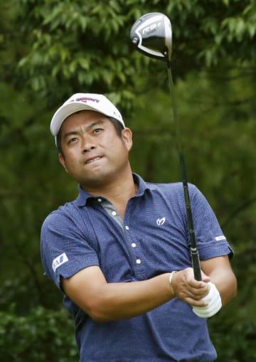 第3日、2番でティーショットの行方を見つめる池田勇太。通算12アンダーで首位=三好CC