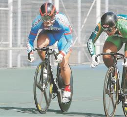 自転車少年男子スプリント決勝 ゴール前で相手と競り合う福田(左)