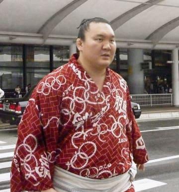 モンゴルから再来日した大相撲の横綱白鵬関=29日、成田空港