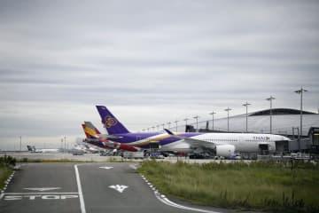 台風接近で30日の滑走路閉鎖が発表された関西空港の第1ターミナル=29日午後