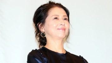 映画「食べる女」の公開記念舞台あいさつに登場した小泉今日子さん