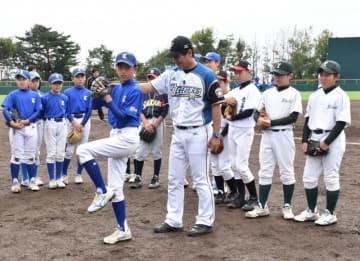 立石尚行さんから投球のコツを学ぶ子どもたち