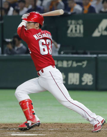 9回広島2死二塁、西川が左前に勝ち越し打を放つ=東京ドーム