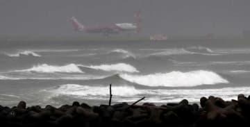 台風24号が接近し、白波が立つ大淀川河口=29日午後4時43分、宮崎市