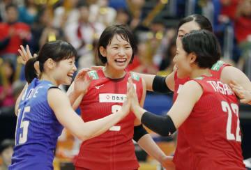 日本―アルゼンチン 第3セット、スパイクを決め喜ぶ古賀(左から2人目)=横浜アリーナ